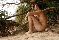 Naturist_male_sitting_on_beach