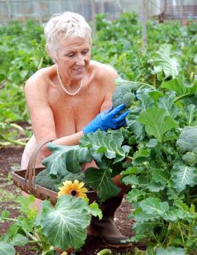 naked-gardening-embed